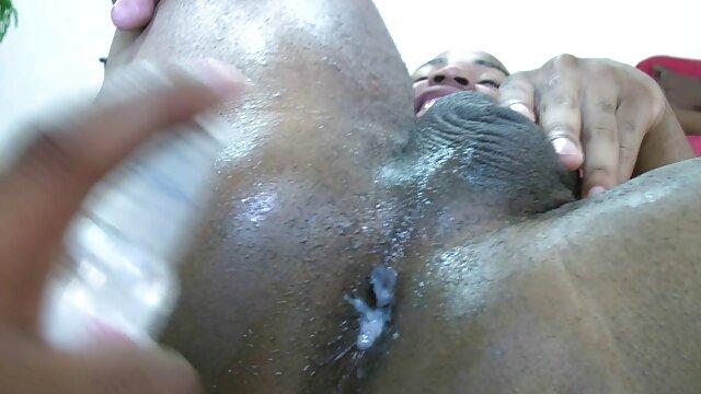 La brune a saupoudré de farine dans la cuisine et a été punie pour cela en baisant dans film porno x lesbienne sa chatte