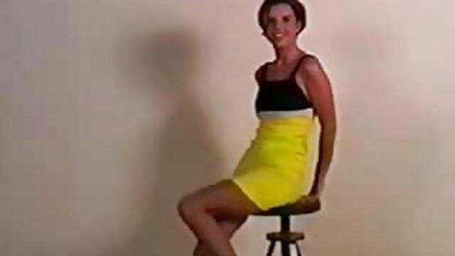 Une fille bronzée est allée frapper avec une camionnette sur les films porno lesbienne la plage